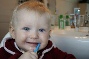 Kleinkind beim Zähneputzen